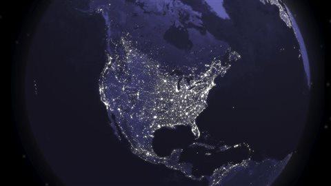 L'image est une vue panoramique du monde depuis la station spatiale. Vous pouvez voir que la population du Canada est principalement implantée le long de la frontière Américaine.