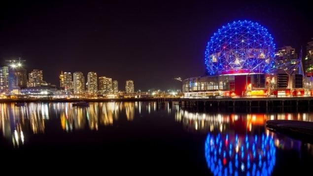 Une vue du centre-ville de Vancouver le soir.