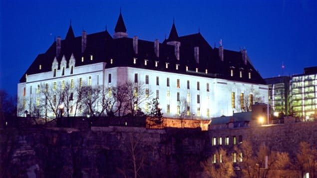 Vue de nuit de l'édifice de la Cour suprême du Canada