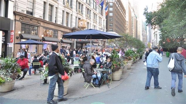 En 2009, la ville de New York a décidé de fermer la rue Broadway à la circulation automobile.  On y retrouve depuis plusieurs petites places publiques comme le Herald Square face au Macy's.