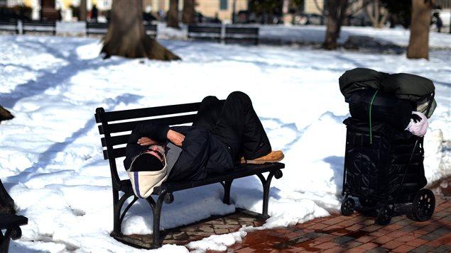 Temperaturas gélidas y nieve agravan la situación de los itinerantes.