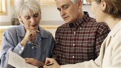 Un homme et une femme planifient leur retraite avec une conseillère.