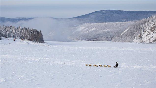Une �quipe traverse le fleuve Yukon en face de Dawson City vers les sites de campements.
