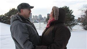 Julie Deblois et Stéphan McClean ont rejoué la scène de leur premier baiser dans un parc montréalais