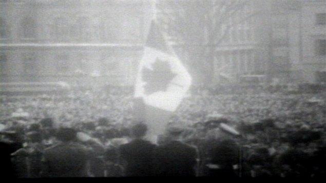 Archive de la cérémonie officielle d'inauguration du drapeau à Ottawa en 1965