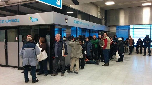 Une file d'attente à la station Berri-UQAM pour rencontrer un avocat ou un notaire lors d'une Clinique juridique populaire dans le me´tro.