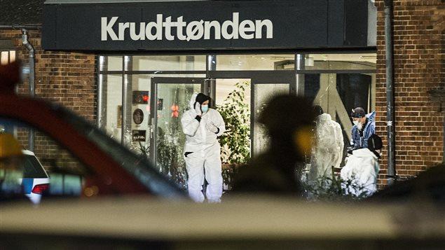 Le café Krudttoenden, situé dans le nord de Copenhague, présentait une conférence dont le titre était « L'art, le blasphème et la liberté d'expression » lorsque des coups de feu ont retenti.