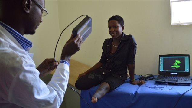 Ruth Nakaye (à droite) est la première personne au monde à recevoir une prothèse de jambe entièrement fonctionnelle avec un socket créé en utilisant la technologie d'impression 3D.