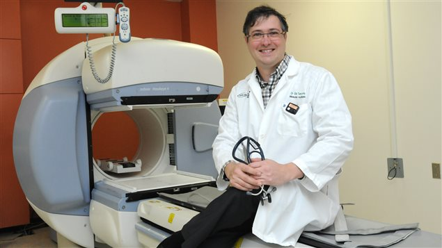 Un médecin de l'équipe de recherche sur la production d'isotopes médicaux par cyclotron