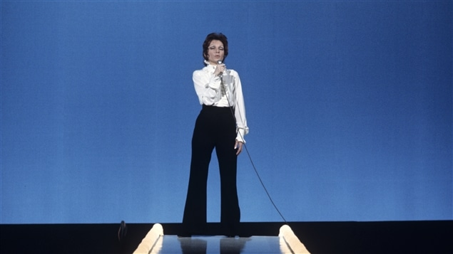 La chanteuse Monique Leyrac durant une prestation sur scène en 1970.