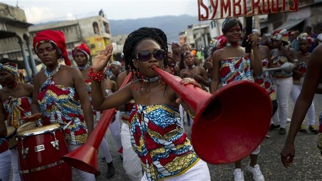 Les Haïtiens ont revêtu leurs plus beaux atours pour participer au Carnaval de Port-au-Prince, le 16 févier. La Kanaval KANPE vise à recréer un peu de cet esprit.