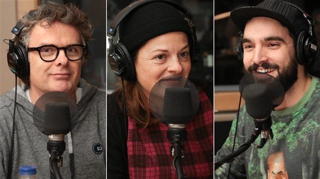 Le journaliste Brendan Kelly aux côtés des comédiens Sophie Cadieux et Jean-Philippe Baril-Guérard