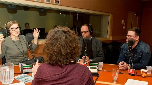 Devant Catherine Perrin (de dos), la fondatrice des restaurants SoupeSoup, Caroline Dumas, le comédien Denis Bernard et le chef et animateur Danny St Pierre discutent de pouding chômeur.