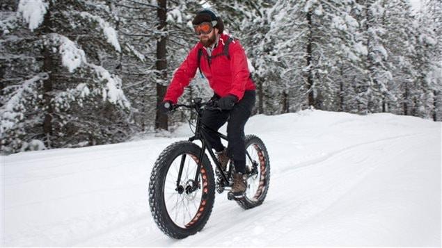 Un amateur de « fat bike » en pleine nature