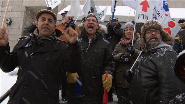 Des manifestants lors du colloque du PLQ à Gatineau, où Philippe Couillard a annulé sa visite pour des raisons de sécurité.
