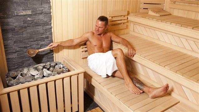 Un homme dans un sauna