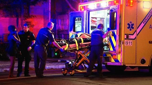 Un homme blessé est placé dans une ambulance.