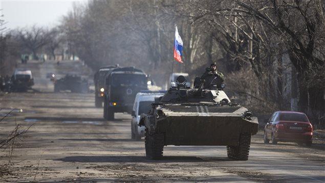 العلم الروسي يخفق فوق عربة مدرعة للانفصاليين المؤيدين لروسيا في منطقة دونيتسك في جنوب شرق أوكرانيا (أرشيف)