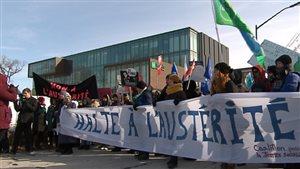 Des manifestants se sont rassemblés devant des institutions financières.