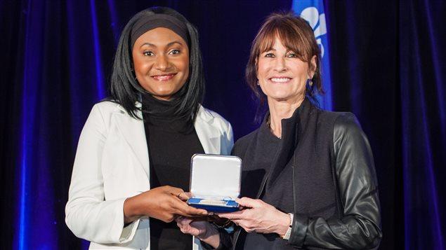 Fabienne Colas, récipiendaire de la Médaille de l'Assemblée nationale du Québec et la ministre de l'Immigration, de la Diversité et de l'Inclusion, Mme Kathleen Weil.