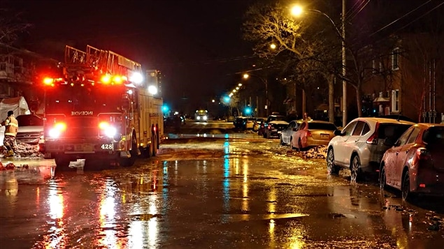 Les pompiers au travail sur un bris d'aqueduc à Rosemont