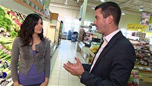 Mathieu Nadon (à droite) discute avec la nutritionniste, Rana Daoud.