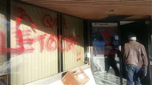 L'inscription «à qui le tour» a été peinte au bureau du PLQ.