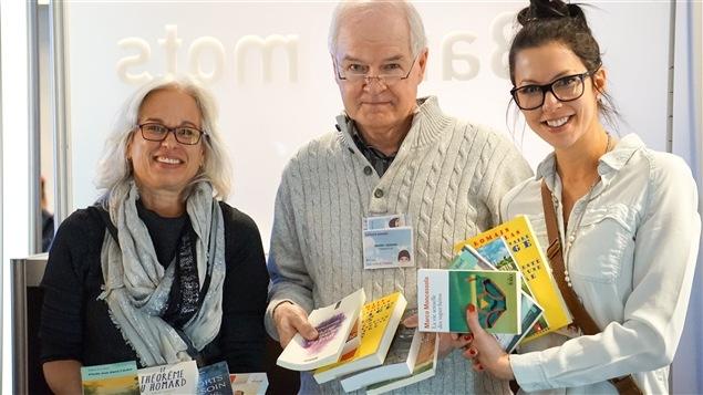 La journaliste et auteure Lucie Pagé, le panéliste et auteur Daniel Lessard et l'auteure Amélie Dubois montrent leurs trouvailles.
