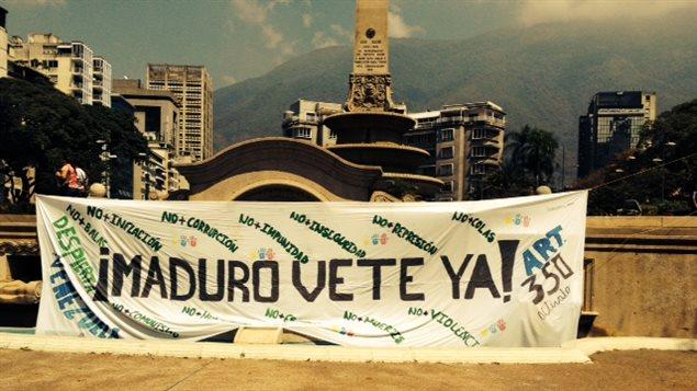 Place Altamira, Caracas, Venezuela, lieu de rencontre des manifestants contre le régime Maduro. Sur la banderolle : «Casse-toi Maduro».