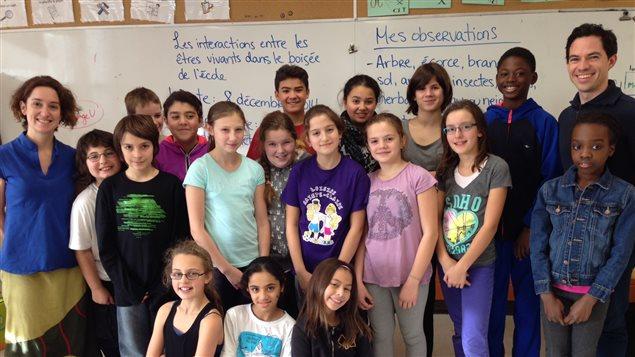 Des élèves de la classe de Chantal Poulin (à gauche) de l'École alternative Albatros de Montréal en compagnie de Jean-Philippe Ayotte-Beaudet (à droite), enseignant de science.