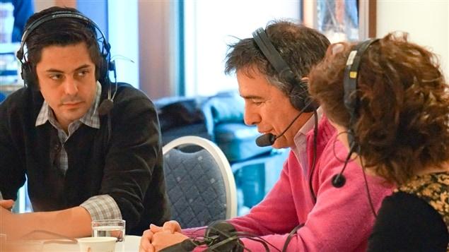 Le journaliste Louis-Denis Ebacher et le psychanalyste et auteur Guy Corneau discutent avec Catherine Perrin, à droite