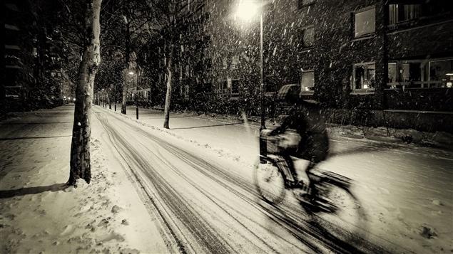 Un cycliste fait du v�lo l'hiver