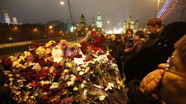 Des moscovites se sont réunis sur le lieu de l'assassinat de l'opposant russe Boris Nemtsov à Moscou pour lui rendre hommage.