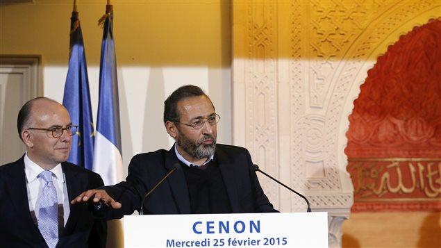 Le ministre de l'intérieur français Bernard Cazeneuve et Tareq Oubrou, le recteur et l'imam de la mosquée de Bordeaux, mercredi 25 février à Cenon, près de Bordeaux.