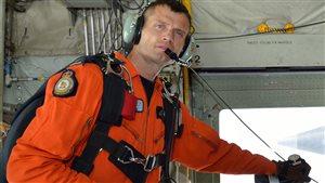 Le technicien en recherche et sauvetage Mark Salesse, du 435e Escadron de transport et de sauvetage, 17e Escadre Winnipeg.