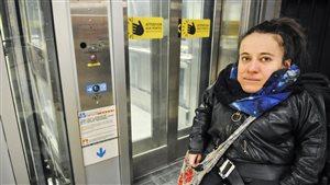 Laurence Parent devant un des deux ascenseurs du métro Bonaventure.