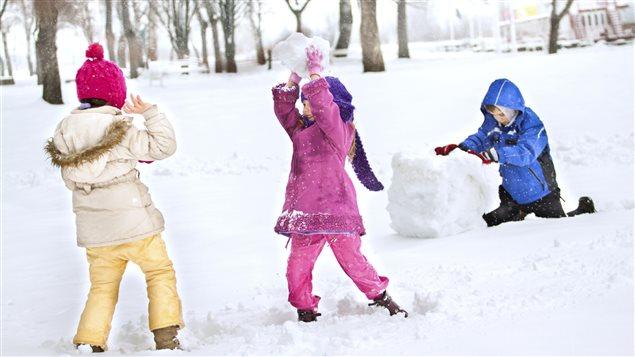 Des enfants s'amusent dans la neige pendant la semaine de rel�che.