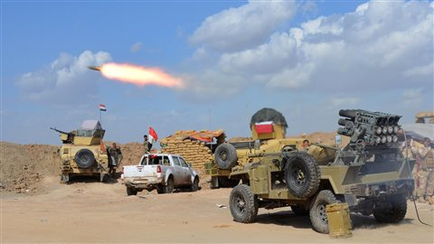 Tir d'artillerie sur des positions de l'État islamique
