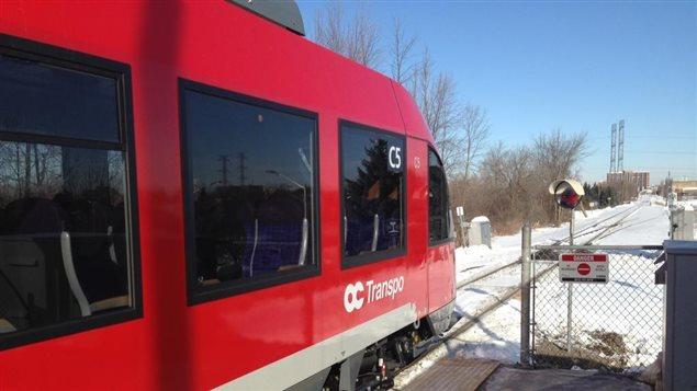 Une voiture du nouveau service de la Ligne Trillium est immobilisée à la gare Greenboro en raison de problèmes techniques.
