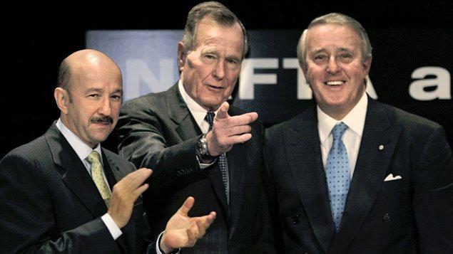 الموقعون على الاتفاقية من اليمين إلى اليسار:براين مالروني، جورج بوش وكارلوس ساليناس