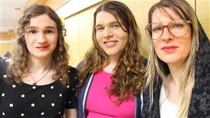 Trois femmes trans parlent de sexisme avec Hugo Lavoie. De gauche à droite : Caroline Trottier-Gascon, Sophie Labelle et Ianna Book.