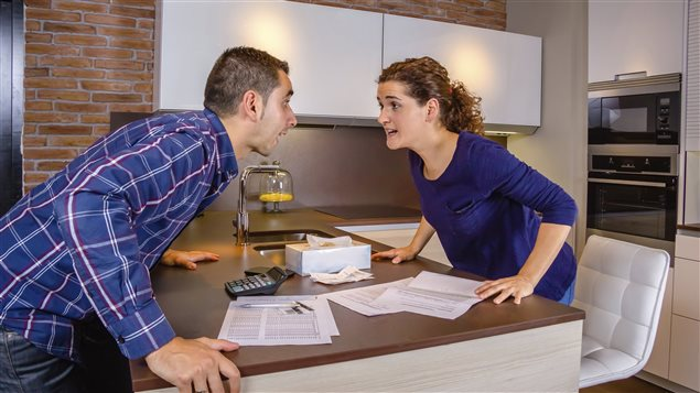 Un couple se chicane au sujet des factures à payer