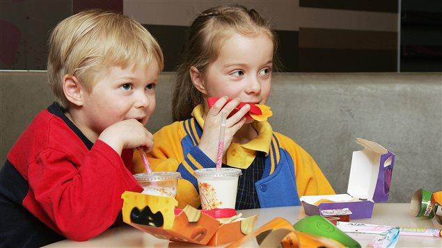 Des enfants goûtent à la version allégée en graisses du Joyeux Festin lancée par McDonald en Australie en 2006.