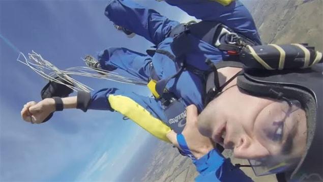 Image de la vidéo montrant un moniteur de parachute qui sauve la vie l'un de ses élèves victimes d'une crise d'épilepsie en plein saut