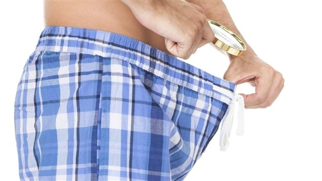 Un homme inspecte le contenu de ses sous-vêtements.