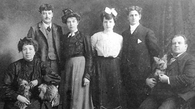 Marie-Louise Cloutier, ses deux filles Dora et Doria, leurs conjoints et Henri Cloutier.