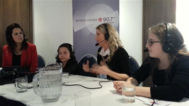 Stéphanie Duchesne (au centre) lors de sa participation au Salon du livre de l'Outaouais.