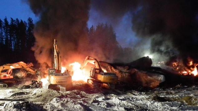 Incendie à la suite du déraillement survenu à l'ouest de Gogama en février 2015.