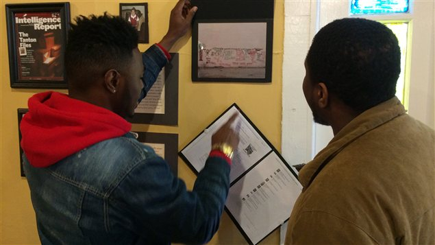 Deux jeunes regardent des photos d'archives dans un édifice abandonné au centre-ville de Selma.