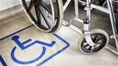 Fauteuil roulant, zone réservée pour les personnes handicapées